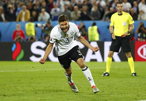 Saksan Jonas Hector riemuitsi osumastaan rangaistuspotkukilpailussa.