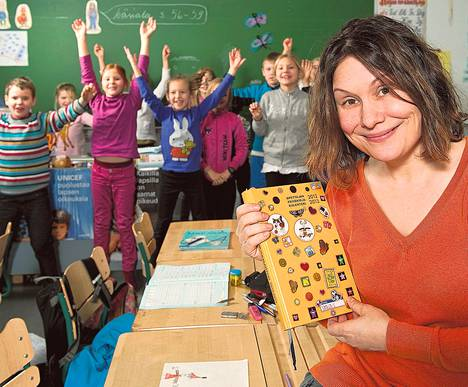 Suomalais-venäläisen koulun opettaja Natalia Vladimirov uskoo tekniikkaan ja kovakantiseen päiväkirjaansa.