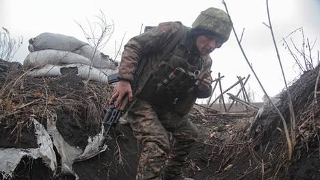 Ukrainalainen sotilas lauantaina rintamalinjalla lähellä kapinallisten hallitsemaa Donetskin kaupunkia.