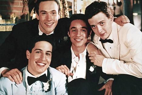 Poikuutensa kanssa kipuilevia teinipoikia American Pie -elokuvassa esittävät Jason Biggs (vas.), Chris Klein, Thomas Ian Nicholas ja Eddie Kaye Thomas.