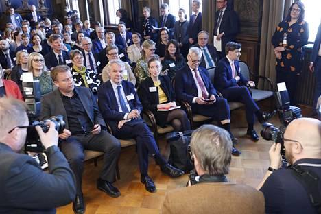 Hallitusneuvotteluja käyvien puolueiden edustajia Säätytalolla torstaina.