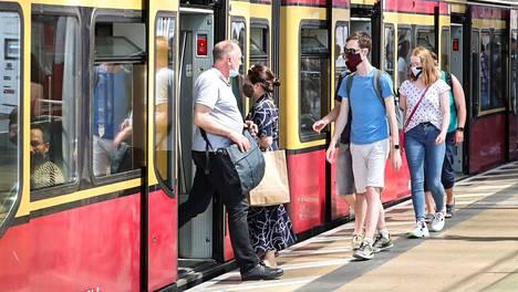 Berliinissä joukkoliikenteen käyttäjät pitivät kasvomaskeja kesäkuun lopulla. Maskivelvoitteen rikkomisesta voidaan määrätä sakko.