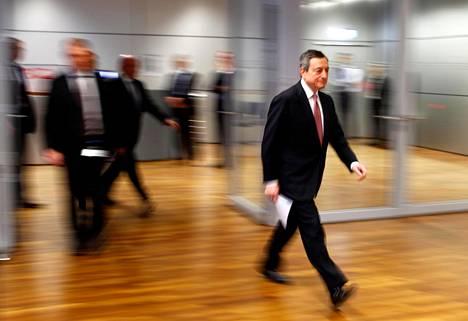 Euroopan keskuspankin pääjohtaja Mario Draghi saapumassa lehdistötilaisuuteen torstaina Frankfurtissa.