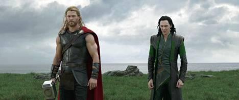 Muinaisnorjalaisten ukkosen jumala Thor elää Hollywoodin supersankarielokuvissa. Häntä esittää Chris Hemsworth (vas.). Loki-velipuolta näyttelee Tom Hiddleston.