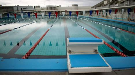 Islannin suurin julkinen ulkouimala, Laugardalslaug Reykjavíkissä, suljettiin koronaviruspandemian vuoksi. Uimaloiden on tarkoitus avautua 18. toukokuuta.