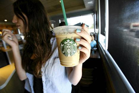 Asiakas nautti juomia Starbucksin kahvilassa Pasadenassa Kaliforniassa viime heinäkuussa.