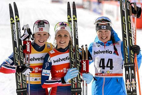 Suomen Kerttu Niskanen (oik.) tuli kolmanneksi naisten 10km perinteisessä hiihdossa. Kilpailun voitti Norjan Therese Johaug (keskellä) ja toiseksi tuli maanmiehensä Marit Bjoergen lauantaina Davosissa.