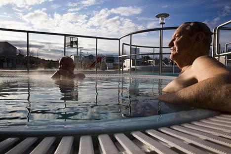 Arkkitehdit Finnúr Björgvinsson ja Páll Bjarnason kylpevät joka aamu Vesturbærjarlaugin ulkoilmauimalassa. Niin he ovat tehneet jo kymmeniä vuosia.