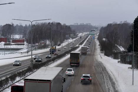 Lumisateet eivät juuri haitanneet ajokeliä Länsiväylällä perjantaiaamuna.