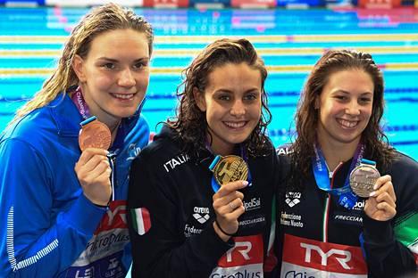 Jenna Laukkanen (vas.) ui lyhyen radan EM-kisoissa kaksi pronssimitalia. Kuvassa Laukkanen poseeraa 100 metrin rintauinnin palkintojenjaon jälkeen kultamitalisti Martina Carraron (kesk.) ja hopeaa uineen Arianna Castiglionin kanssa. Carraro ja Castiglioni edustavat Italiaa.