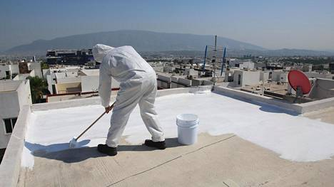 Kattojen maalaaminen valkoiseksi voisi viilentää rakennuksia.