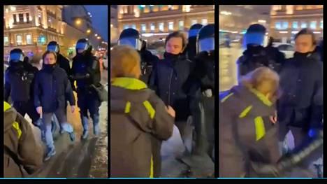 Pietarin Navalnyi-tukimielenosoituksessa lauantaina kuvatussa kännykkävideossa näkyy, kuinka kiinni otettua mielenosoittajaa kuljettava poliisi potkaisee poliiseja puhutellutta naista.