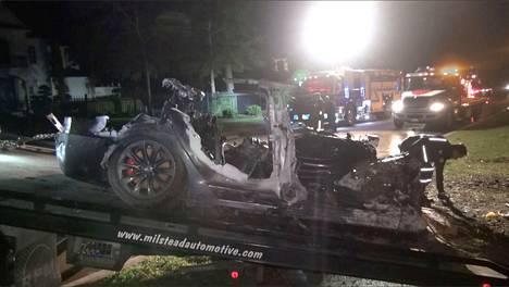 Tesla törmäsi puuhun ja syttyi tuleen Woodslandissa Texasissa lauantaina. Kaksi matkustajaa kuoli onnettomuudessa.