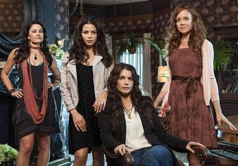 Mädchen Amick (vas.), Jenna Dewan Tatum, Julia Ormond ja Rachel Boston ovat noitia Witches of East End -sarjassa.