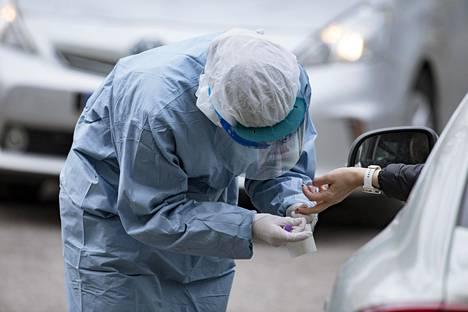 Paras tapa immuniteetin selvittämiseen on kaksivaiheinen vasta-ainetesti, joka tehdään verikokeesta. Kuvassa vasta-ainetestiä otetaan sormesta Mehiläisen drive-in-testiasemalla.