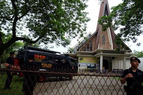 Poliisi sulki katolisen kirkon alueen Indonesian Medanissa hyökkäyksen jälkeen.
