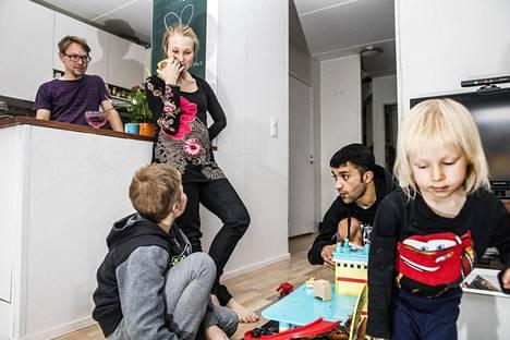 """Afganistanilaisesta Sharif Qaderista, 18, on tullut osa helsinkiläisten Tommi Walleniuksen ja Satu Koivuhovin perhettä. """"Tuntuu, että viimeinen vuosi on muuttanut omia elämänarvojani ja antanut uusia näkökulmia sen ymmärtämiseen, miten erilaisissa oloissa ihmiset muualla maailmassa elävät"""", Koivuhovi sanoo."""