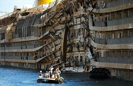 Costa Concordia saatiin vedetyksi pystyyn viime viikolla monimutkaisessa nosto-operaatiossa.
