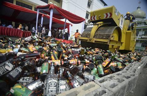 Tiejyrä murskaa tuhansia laittomia alkoholipulloja Indonesian Jakartassa tiistaina. Maassa on alkamassa islaminen ramadan-kausi, jolloin alkoholin nauttiminen ei ole sallittua.