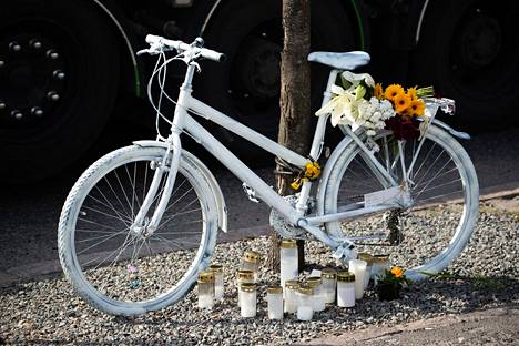 Onnettomuuspaikalle oli keskiviikkoiltana tuotu Tarja Roinilan muistoa kunnioittamaan valkoiseksi maalattu polkupyörä sekä kukkia ja kynttilöitä.