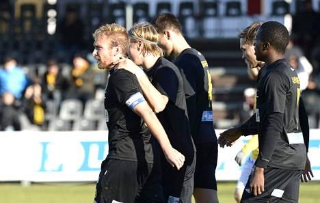 Henri Aalto ja muut Hongan pelaajat riensivät onnittelemaan Jussi Vasaraa (vas.), joka laukoi KuPS-ottelussa espoolaisten toisen maalin.
