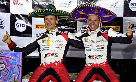 Sebastien Ogier (vas.) juhli kartanlukijansa Julien Ingrassian kanssa voittoa Meksikossa.