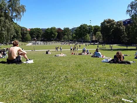 Tukholman Vasaparkenissa otettiin tiistaina aurinkoa sopivin turvavälein.