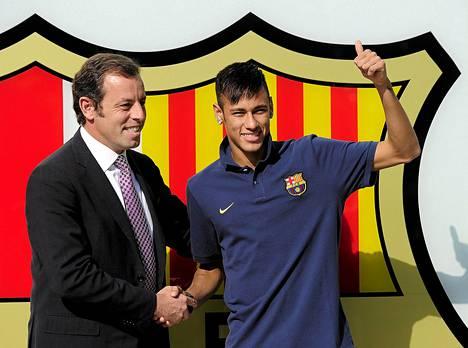 Neymar (oikealla) ja Sandro Rosell poseerasivat tyytyväisinä viime kesäkuussa. Rosell joutui myöhemmin eroamaan puheenjohtajan paikalta kaupasta aiheutuneen kohun takia.