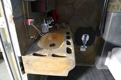 Kylpyhuoneen lavuaariin on kaiverrettu syvennykset käsiä varten. Näiden avulla Mikael Turtiainen pystyy itsenäisesti liikkumaan esimerkiksi aamupesulle.