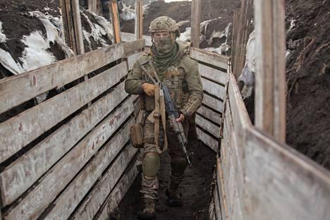 Ukrainan armeijan sotilas Donetskin lähellä Itä-Ukrainassa tiistaina.