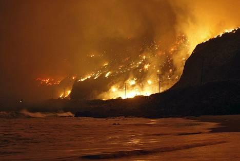 Maastopalot roihusivat Tyynenmeren rannalla Venturan piirikunnassa torstain ja perjantain välisenä yönä.