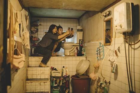 Neljällä Oscarilla palkittu Parasite kertoo nykyajan perheistä Etelä-Koreassa: Kimeistä ja Parkeista. Köyhemmät Kimit asuvat kellariloukossa, jossa ilmainen wifi löytyy katon rajasta.