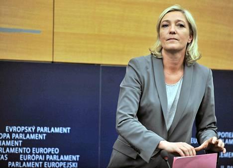 Ranskalaispoliitikko Marine Le Peniltä vietiin syytesuoja Euroopan parlamentin lakivaliokunnassa. Kuva on vuodelta 2011.
