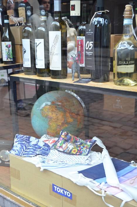 Osa belgialaiskaupoista on ryhtynyt myymään päätuotteensa lisäksi kasvomaskeja. Viinikaupan valikoimaa Rue Baillilla Brysselissä.