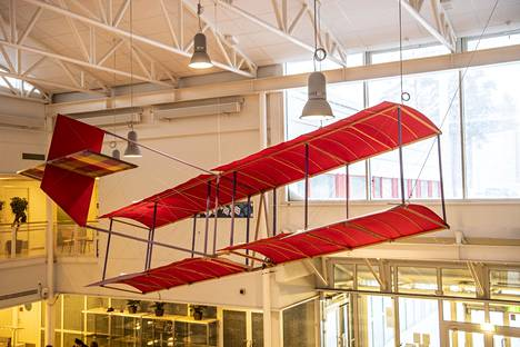 Artist Kari Cavén's plane is hovering on the roof of the Mikkola school canteen.