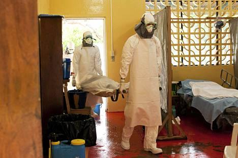 Lääkintähenkilöstö käytti suojavaatetusta hoitaessaan ebola-potilasta Monroviassa Liberiassa.