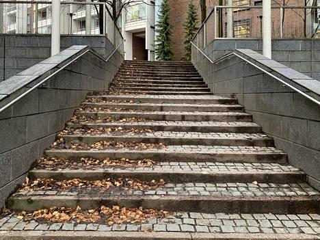 Puoliksi lakaistut portaat ovat kummallinen näky.