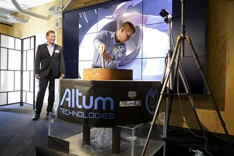 Altumin toimitusjohtaja Matias Tainela seuraa, kun Tuukka Kekkonen avaa tulpan ultraäänellä puhdistetun putkenkappaleen pohjasta. Minuutin kestäneen ultraäänikäsittelyn puhdistustulokset paljastuvat veden valuttua pois.