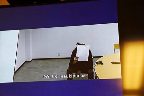 Seksuaalirikoksesta epäilty mies istui videoyhteyden päässä Haukiputaalla, kun Oulun käräjäoikeudessa käytiin vangitsemisoikeudenkäyntiä tiistaina.