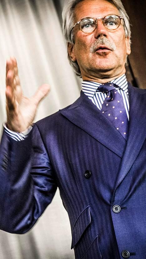 Björn Wahlroos on nykyään kirjoilla Ruotsissa.