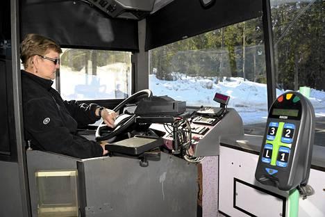 Bussinkuljettaja Raili Kaukiainen pysähtyi minuutiksi linjalla 75K Vantaalla Pohjois-Nikinmäessä.