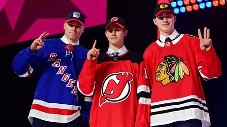 Kaapo Kakko (vas.) poseerasi New Jersey Devilsiin varatun Jack Hughesin ja Chicago Blackhawksiin varatun Kirby Dachin kanssa Rogers Arenalla.