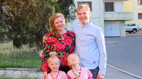 Katri Sannelvuo-Pitkänen ja Pasi Pitkänen asettuivat asumaan Pjongjangissa kerrostaloon Helmi-Sofian ja Etla-Marian kanssa.