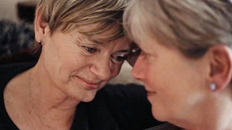 Agneta Sparre (vas.) on sukulaisen mukaan nuorentunut 20 vuotta muutettuaan sateenkaariväen senioritaloon.