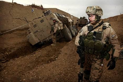 Luutnantti Tuomas tarkkaili marraskuussa 2011 tilannetta, kun suomalaissotilaiden Pasi-miehistönkuljetusvaunu oli ajanut ojaan kapinallisten tukialueena tunnetussa Charar Bolakin piirikunnassa Pohjois-Afganistanissa Isaf-rauhanturvajoukkojen ja Afganistanin armeijan yhteisoperaatiossa.