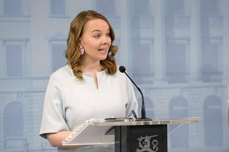 Valtiovarainministeri Katri Kulmuni kertoi kesäkuun alussa valtion neljännestä lisätalousarviosta, joka rahoitetaan velanotolla.