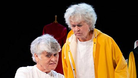 Valehtelijan peruukki perustuu Pirkko Saision (vas.) ja Marja Packalénin muistoihin, ja näytelmässä he esittävät oman elämänsä käännekohtia.