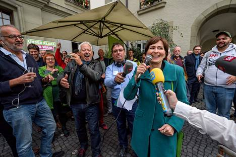 Vihreää puoluetta johtava Regula Rytz piti puhetta ääntenlaskun ensimmäisten tulosten julkistamisen aikaan Sveitsin pääkaupungissa Bernissä.