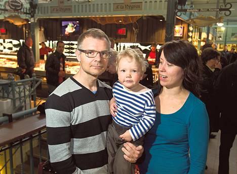 Marko ja Johanna Lahtinen haluaisivat jatkaa lyhennysvapaata äidin hoitaessa Eljasta kotona, mutta pankin ehdot ovat kovat.