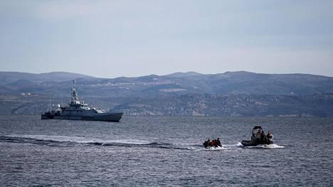 Pelastusalus saattaa afganistanilaisia Frontexin aluksen seuratessa taustassa Lesboksen saaren edustalla helmikuun lopussa.